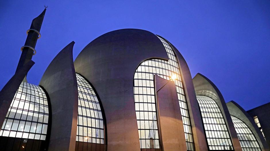 Die Ditib-Zentralmoschee in Köln leuchtet am Abend.