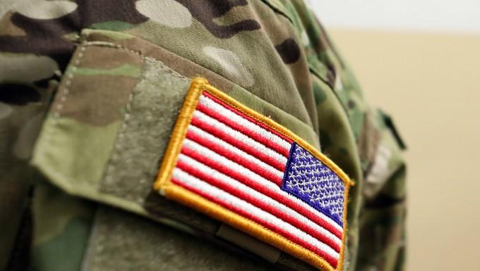 """In der Greifen-Kaserne steht am 20. Februar ein Mitglied einer Vorhut der amerikanischen Truppen auf ihrem Weg zur Übung """"Defender Europe 2020""""."""