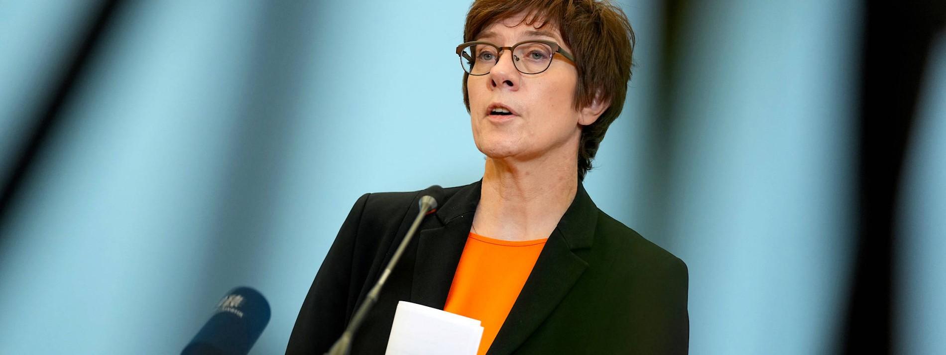 Kramp-Karrenbauer will Verteidigungsministerin bleiben