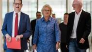 Christine Lambrecht zwischen dem komissiarischen Ko-Parteivorsitzenden Thorsten Schaefer-Gümbel (links) und Ali von Wangenheim (alle SPD) in Berlin