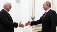Vorsichtige Annäherung: Steinmeier trifft Putin.