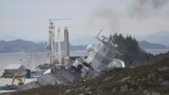 """Schlagseite: Die """"Helge Instad"""" nach dem Zusammenstoß mit einem Tanker im Hjeltefjord nahe Bergen"""