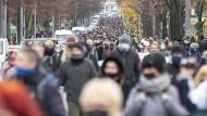 Wie viele Corona-Demonstranten kommen trotz des Verbots nach Berlin? Das Foto zeigt einen Protestzug am 22. November auf der Bornholmer Straße.