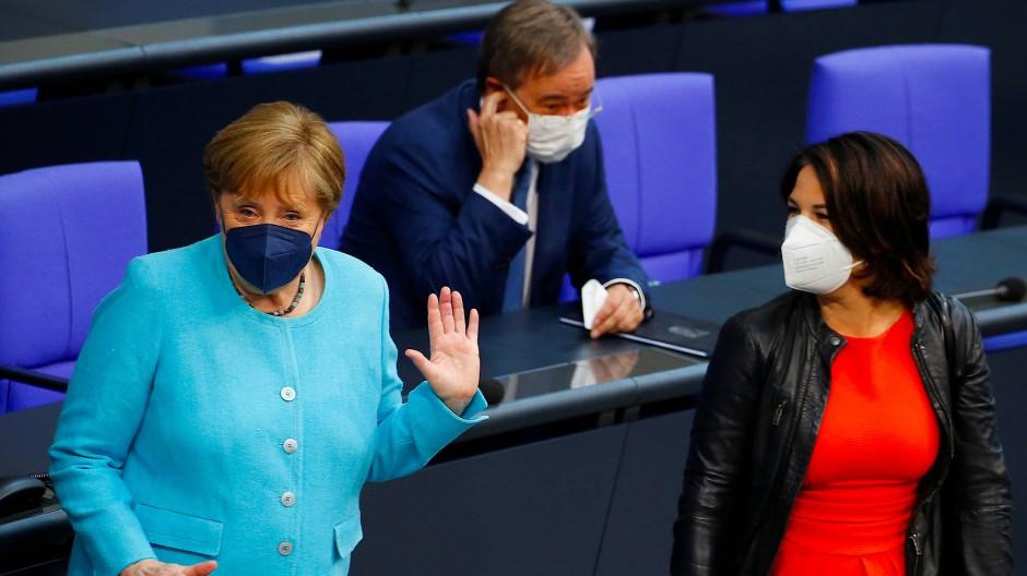 Die Kanzlerin und zwei, die ihr folgen wollen: Angela Merkel, Armin Laschet und Annalena Baerbock am Donnerstag im Bundestag