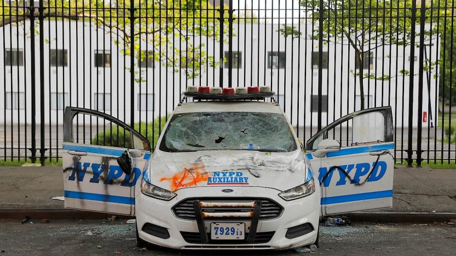 Wut wegen Floyds Tod: Ein beschädigtes Auto der Polizei im New Yorker Stadtteil Brooklyn