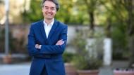 """Alexander Mitsch steht am 7. April vor der Jahrestagung des konservativen CDU-Flügels """"Werteunion"""" am Palais Hirsch in Schwetzingen."""