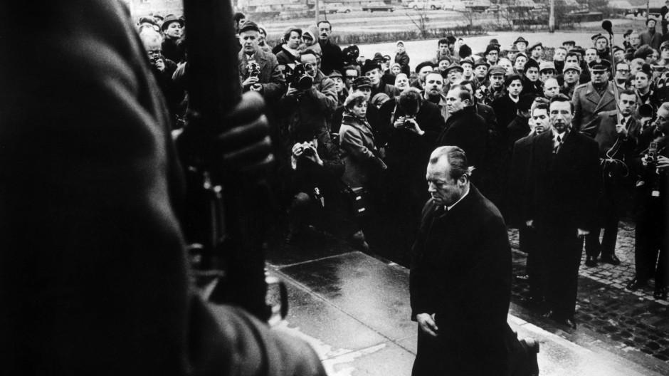 Größe in Demut: Kanzler Willy Brandt (SPD) kniet am 07.12.1970 vor dem Mahnmal im einstigen jüdischen Ghetto in Warschau
