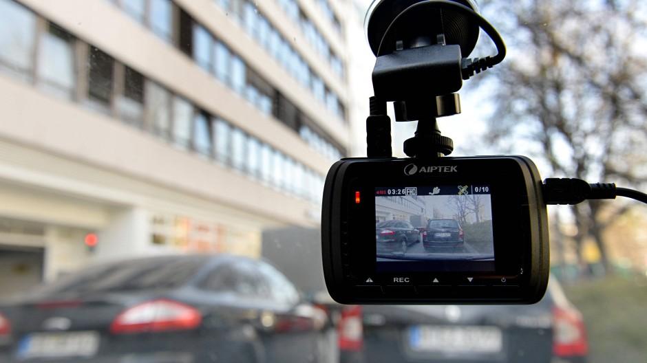 In Hessen grundsätzlich verboten:  Filmaufnahmen mit Mini-Kameras (Dash-Cams) aus einem Privatauto heraus