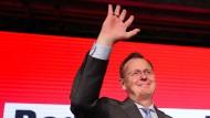 Der neue Held der der Linken: Wahlsieger Bodo Ramelow lässt sich auf der Wahlparty seiner Partei in Erfurt feiern.