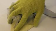 Drucksensoren auf der Innenseite dieses Handschuhs können den Prozess des Greifens digital erfassbar machen.