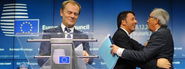 Schnelles Gipfel-Ende, gute Stimmung: Ratspräsident Donald Tusk (am Rednerpult), hinter im Italiens Premierminister Matteo Renzi (links) und Kommissionspräsident Jean Claude Juncker.