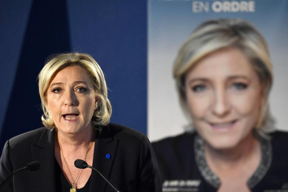 Marine Le Pen spricht am Freitag auf einer Pressekonferenz in Paris über den jüngsten Terroranschlag.