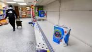 Leere Regale in einem Londoner Supermarkt