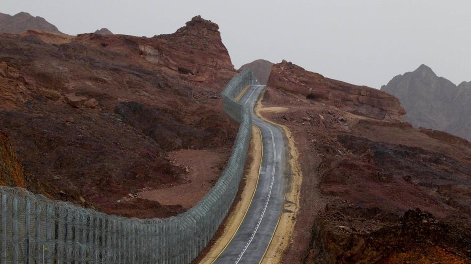 Der neue Grenzzaun: Er trennt den Sinai (links) und Israel