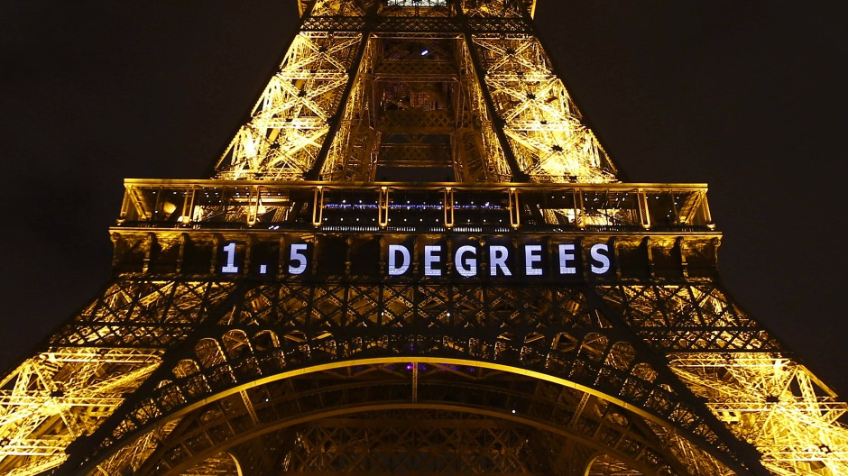 Das 1,5-Grad-Ziel als Projektion am Eiffelturm während der Weltklimakonferenz in Paris im Dezember 2015