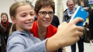 Social für Einsteiger: Die 11-jährige Julia macht am 6. Dezember 2018 ein Selfie mit Annegret Kramp-Karrenbauer