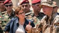 Voran, voran: Annegret Kramp-Karrenbauer spricht Mitte August im irakischen Erbil mit einem deutschen Soldaten, der kurdische Peschmerga ausbildet.