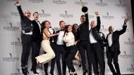 """Luftsprung: Die Crew der Fernsehserie """"Deutschland 83"""" und Moderator Damian Lewis auf der Bühne bei der Verleihung des Emmy in Manhattan"""