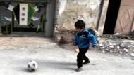 Der Ball rollt, die Waffen schweigen: Ein syrischer Junge tollt nach Beginn des Waffenstillstands am 27. Februar durch Latakia.