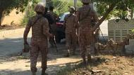 Pakistanische Sicherheitskräfte eilen am Freitagmorgen zur Anschlagsstelle in Karachi.