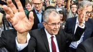 Vor ihm liegt Arbeit: Alexander Van der Bellen nach seiner ersten Rede als Wahlsieger