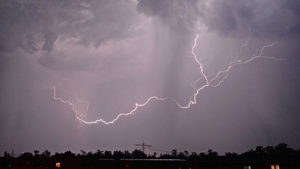 Tropische Wetterphase endet mit neuen Unwettern