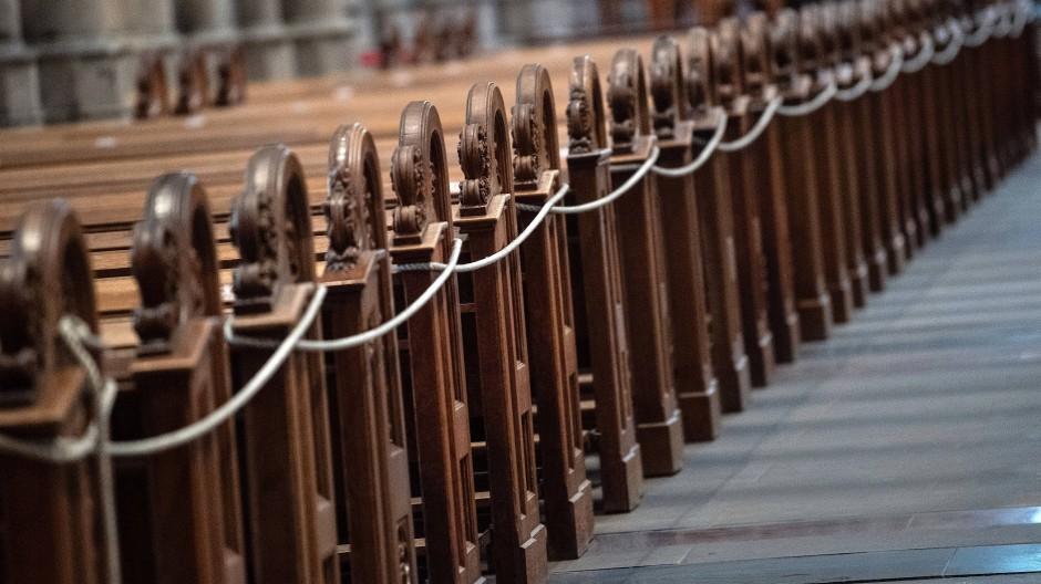 Auch künftig nur mit Mindestabstand: Im Mittelschiff des Kölner Doms