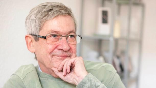 Gerhard Lauter - Der ehemalige Hauptabteilungsleiter im DDR-Innenministerium war der Verfasser der Reiseregelung, die am 9. November 1989 vom Sprecher des SED-Zentralkomitees, Günter Schabowski auf der heute berühmten Pressekonferenz verlesen wurde.