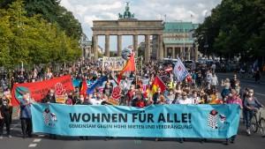 Tausende demonstrieren gegen steigende Mieten