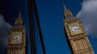 London steht mit dem Rücken zur Wand