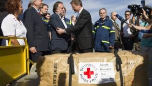Westerwelle übergibt Hilfsgüter an Chile