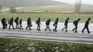 Flüchtlinge passieren im November 2015 die deutsch-österreichische Grenze nahe Wegscheid, Bayern.