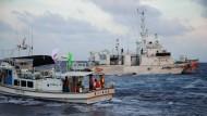 August 2013: Die japanische Küstenwache begleitet ein Schiff mit japanischen Aktivisten zu den unbewohnten Inseln