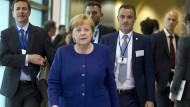 Zum Asyl-Kompromiss in Europa entschlossen: Die Bundeskanzlerin auf dem Weg in den Brüsseler Verhandlungsaal.