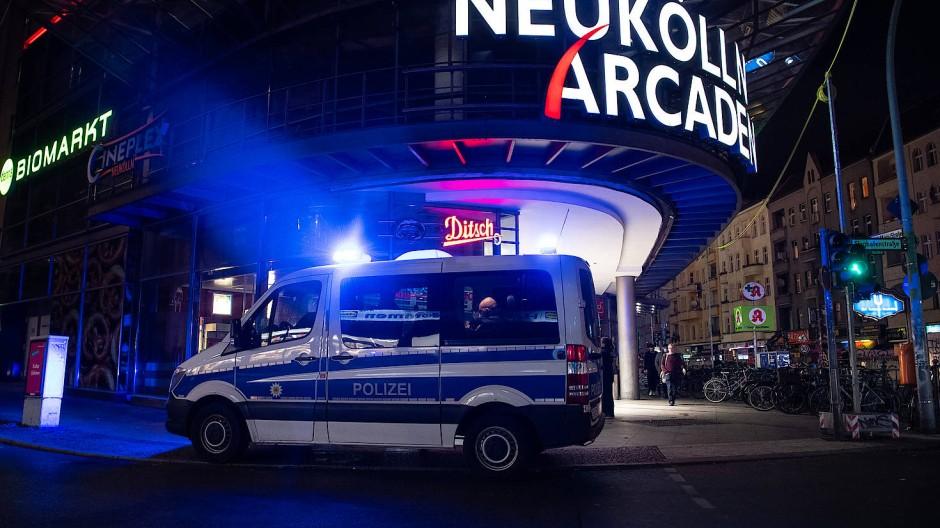 En Einsatzfahrzeug der Polizei steht an den Neukölln Arcaden (Archivbild).