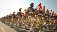 Angehörige der iranischen Revolutionsgarden marschieren bei einer Parade 2011 durch Teheran.