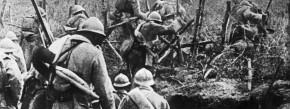 Französische Infanterie setzt 1916 zum Sturm bei Verdun an.