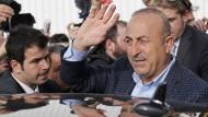 Der türkische Außenminister Mevlut Cavusoglu nach dem Wahlkampfauftritt zur umstrittenen Verfassungsreform in Metz