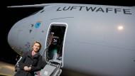 """Unfreiwillig """"gegrounded"""": Verteidigungsministerin Ursula von der Leyen und ihr aktuell wohl größtes Sorgenkind"""