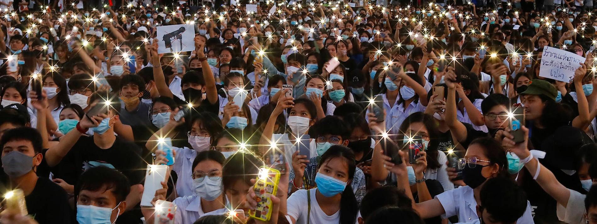 Drei Finger auf Thailands Wunden