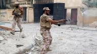 Libysche Regierungssoldaten im Kampf gegen IS-Kämpfer in Sirte