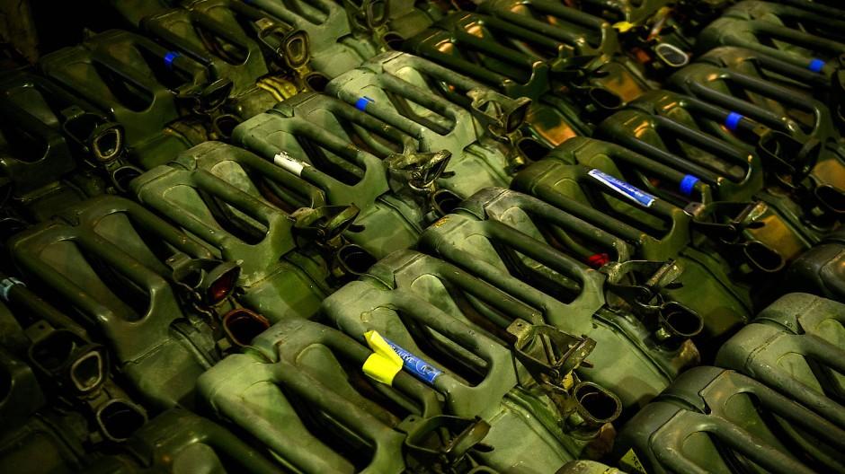 Kanister leer: Material im Feldlager in Prizren (Kosovo) vor der Verpackung für den Rückflug nach Deutschland