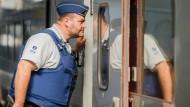 Polizisten patrouillieren in Zügen