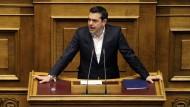 Alexis Tsipras spricht am Mittwoch vor Abgeordneten des griechischen Parlaments in Athen.