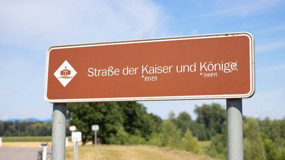 Auf einem Verkehrsschild bei Mitterkirchen in Österreich hat jemand im Sommer 2020 die weiblichen Formen hinzugefügt.