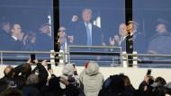 Trump grüßt das Publikum bei einem Football-Spiel in Baltimore am Samstag