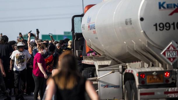 Tanklaster fährt in Menschenmenge – Fahrer verprügelt