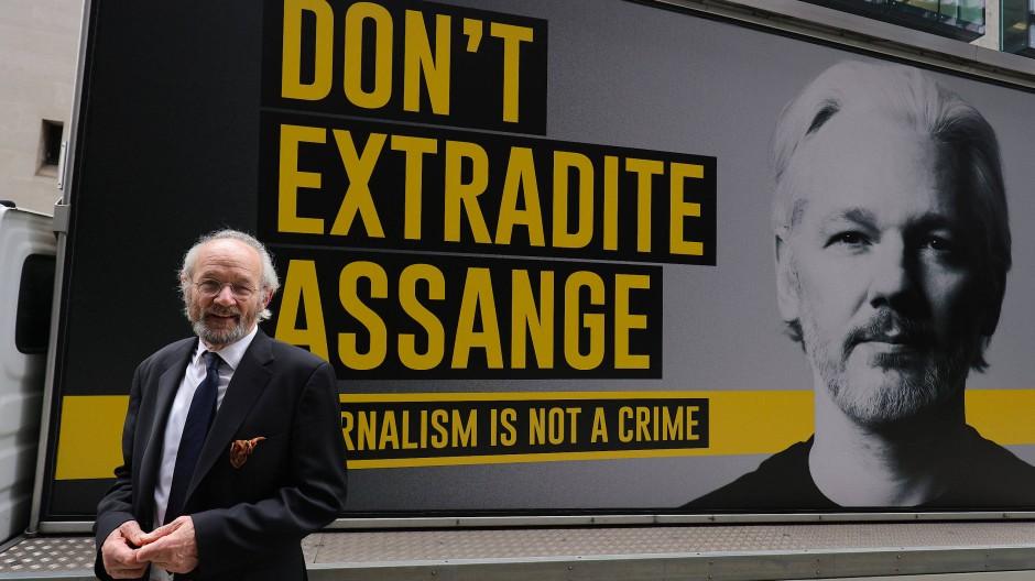 """Vater John Shipton vor einem Plakat mit der Aufschrift """"Liefert Assange nicht aus"""" in London (Archivbild vom September)"""