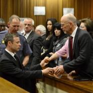 Der Gefallene: Oscar Pistorius sucht nach der Verkündung des Strafmaßes die Nähe zu seiner Familie
