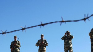 Pakistanische Soldaten marschieren an indischer Grenze auf